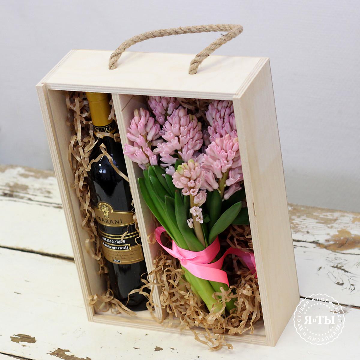 Ящичек с розовыми гиацинтами и вином