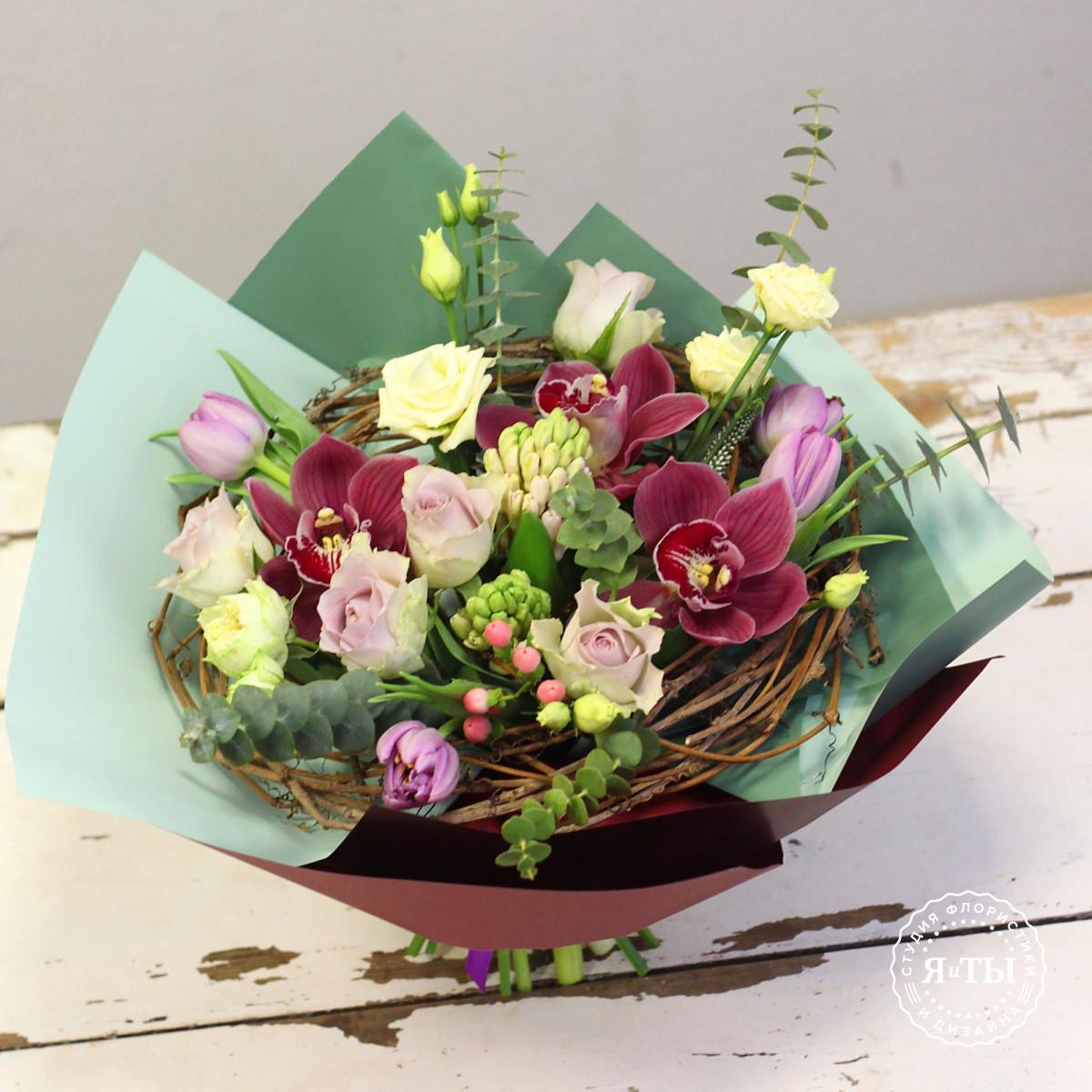 Букет на каркасе с орхидеями