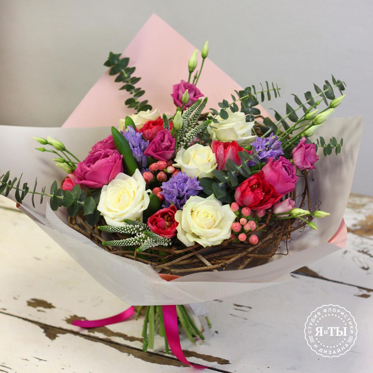 Букет на каркасе с пионовидными розами