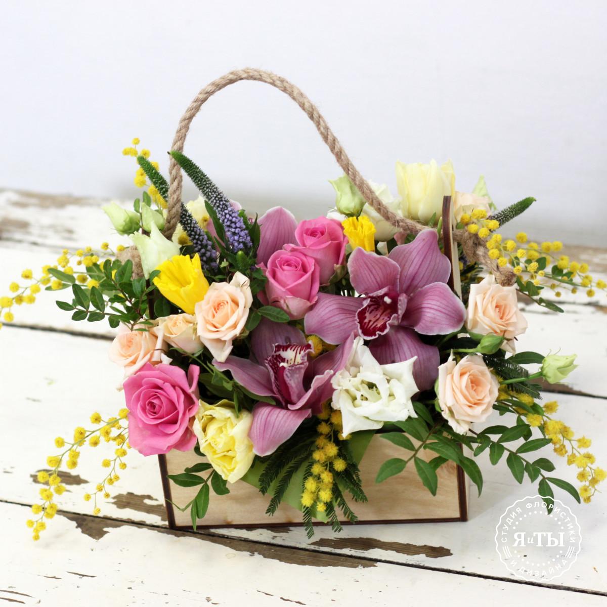 Весенняя композиция с мимозой и тюльпанами