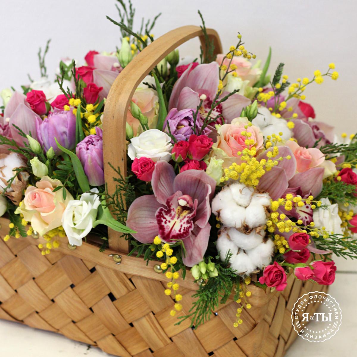 Весенняя корзина с орхидеями и мимозой