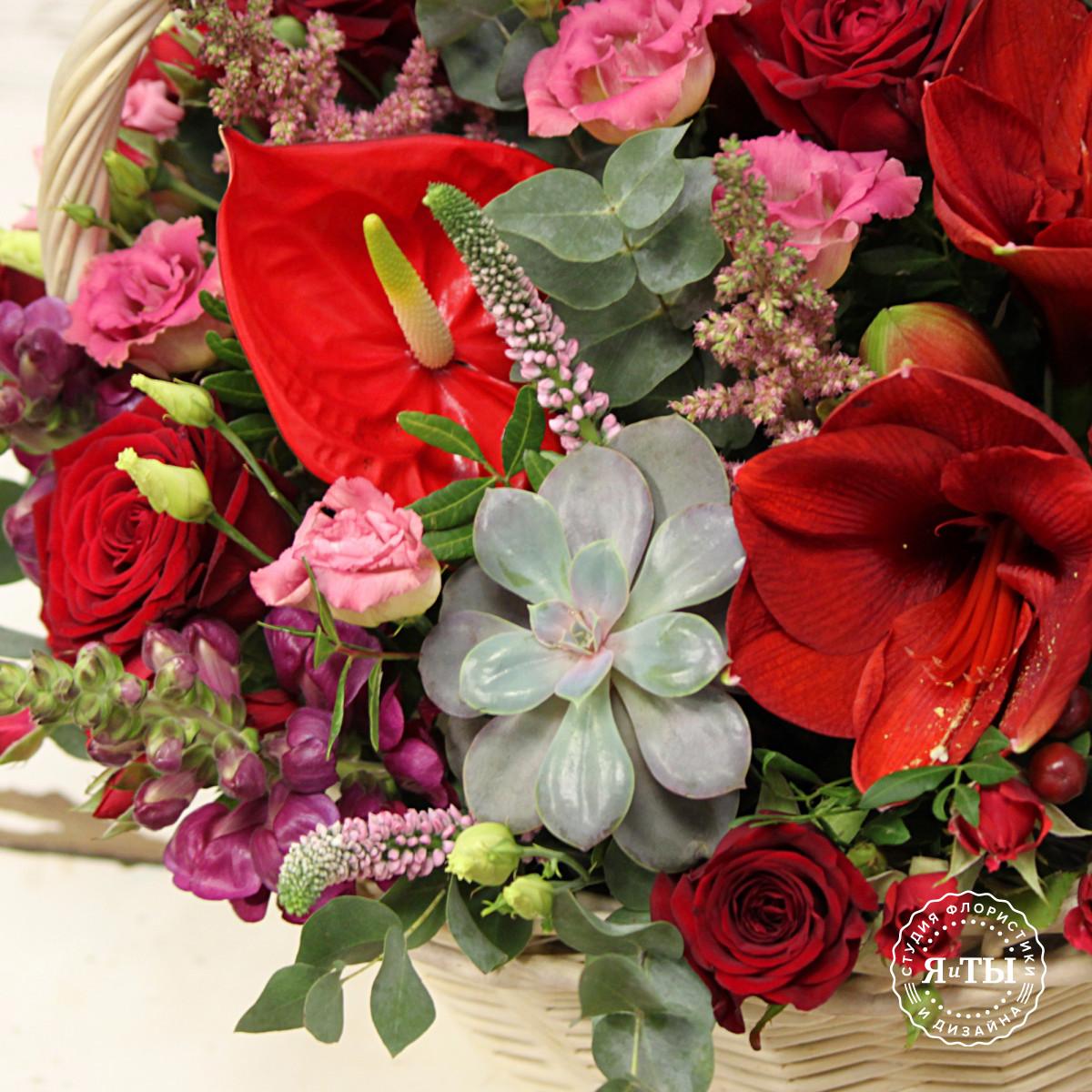Яркая красно-розовая корзина