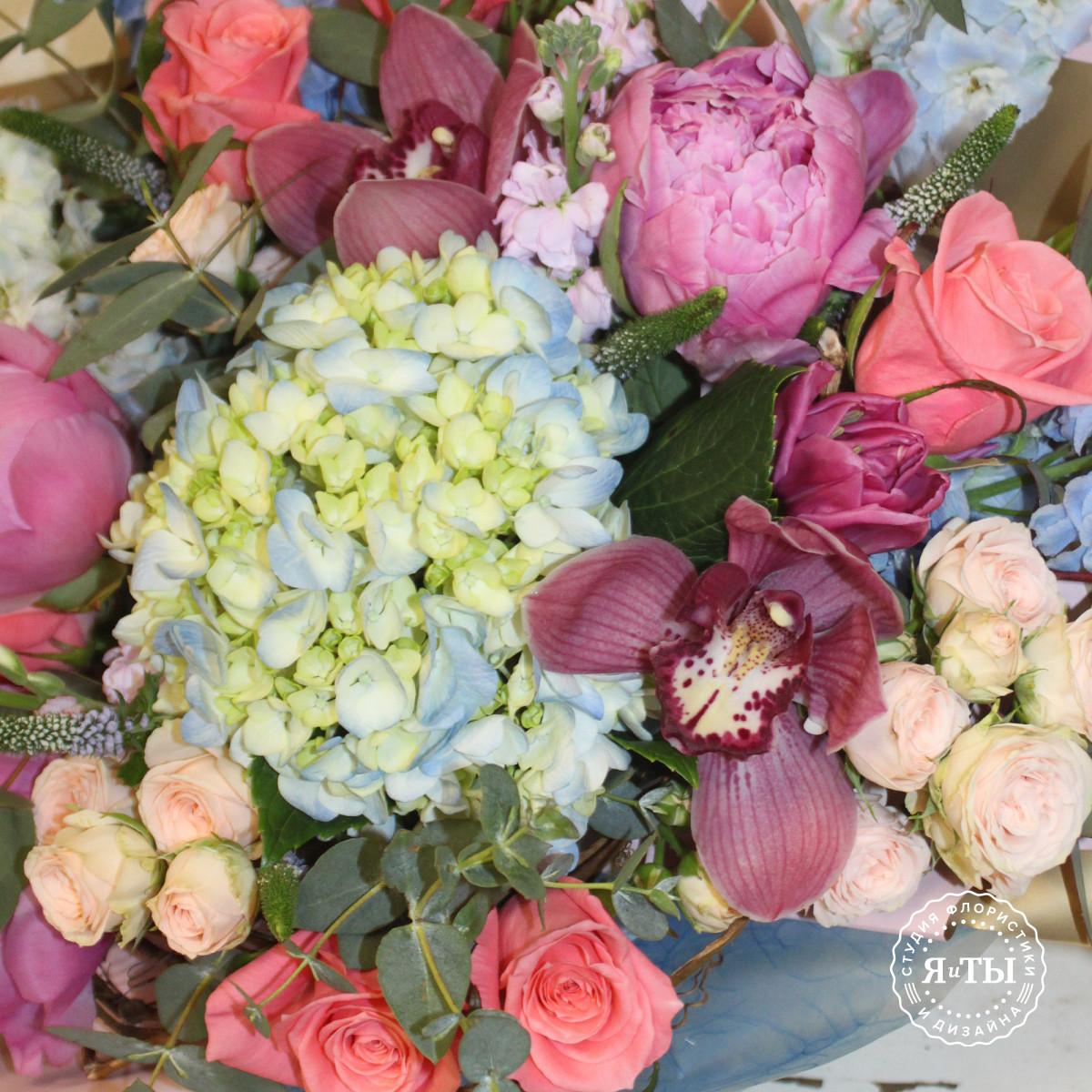 Изысканный букет с пионами и орхидеями