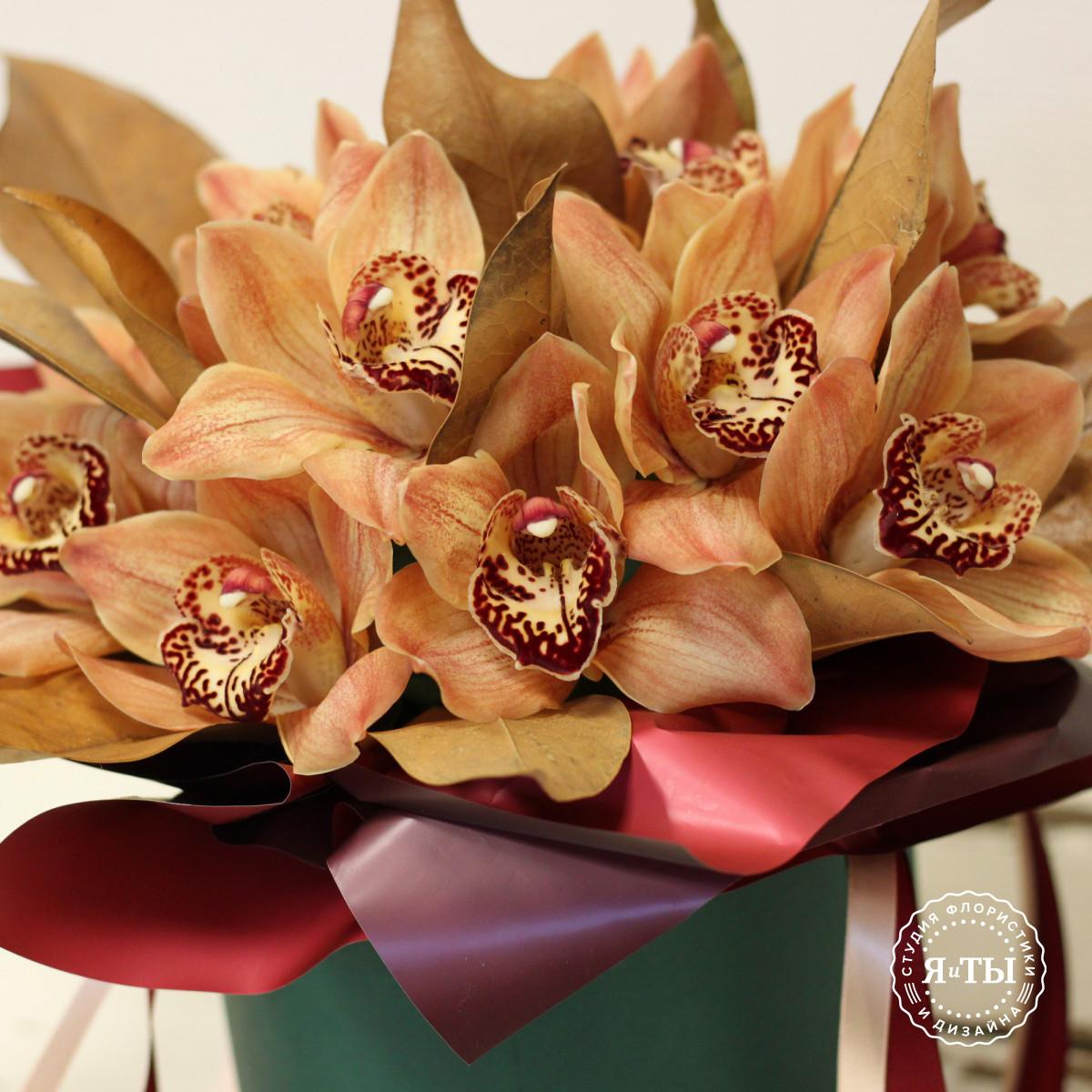 Композиция в шляпной коробке из орхидей