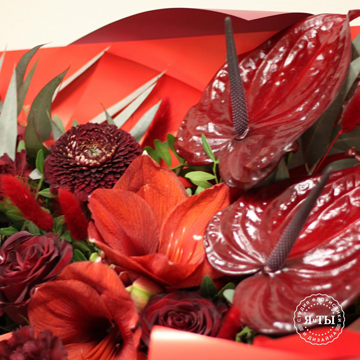 Бордово-красный букет с антуриумами