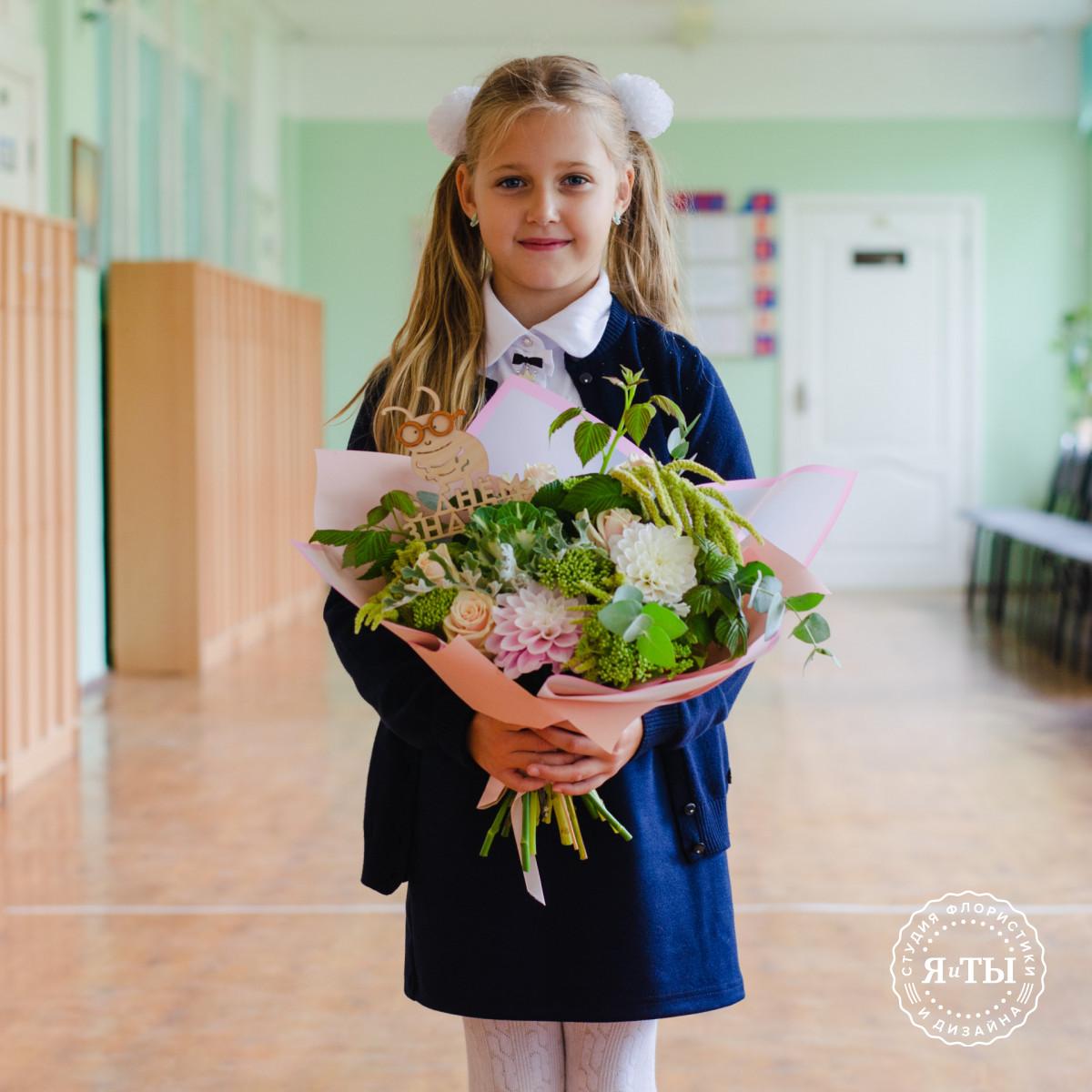 Нежный букет с георгинами и розами