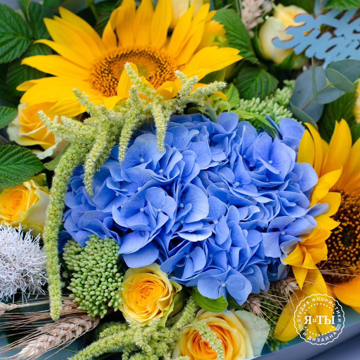 Желто - голубой букет с гортензией