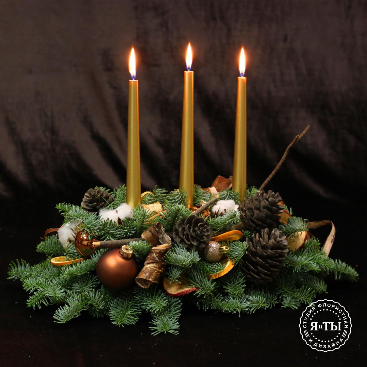 Вытянутая композиция с золотыми свечами