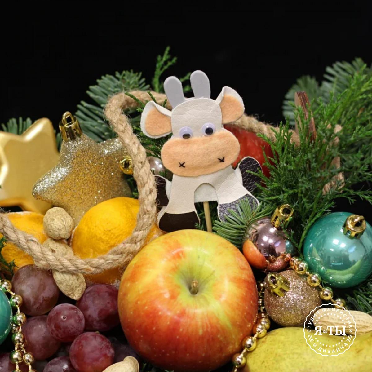 Композиция с фруктами и символом года