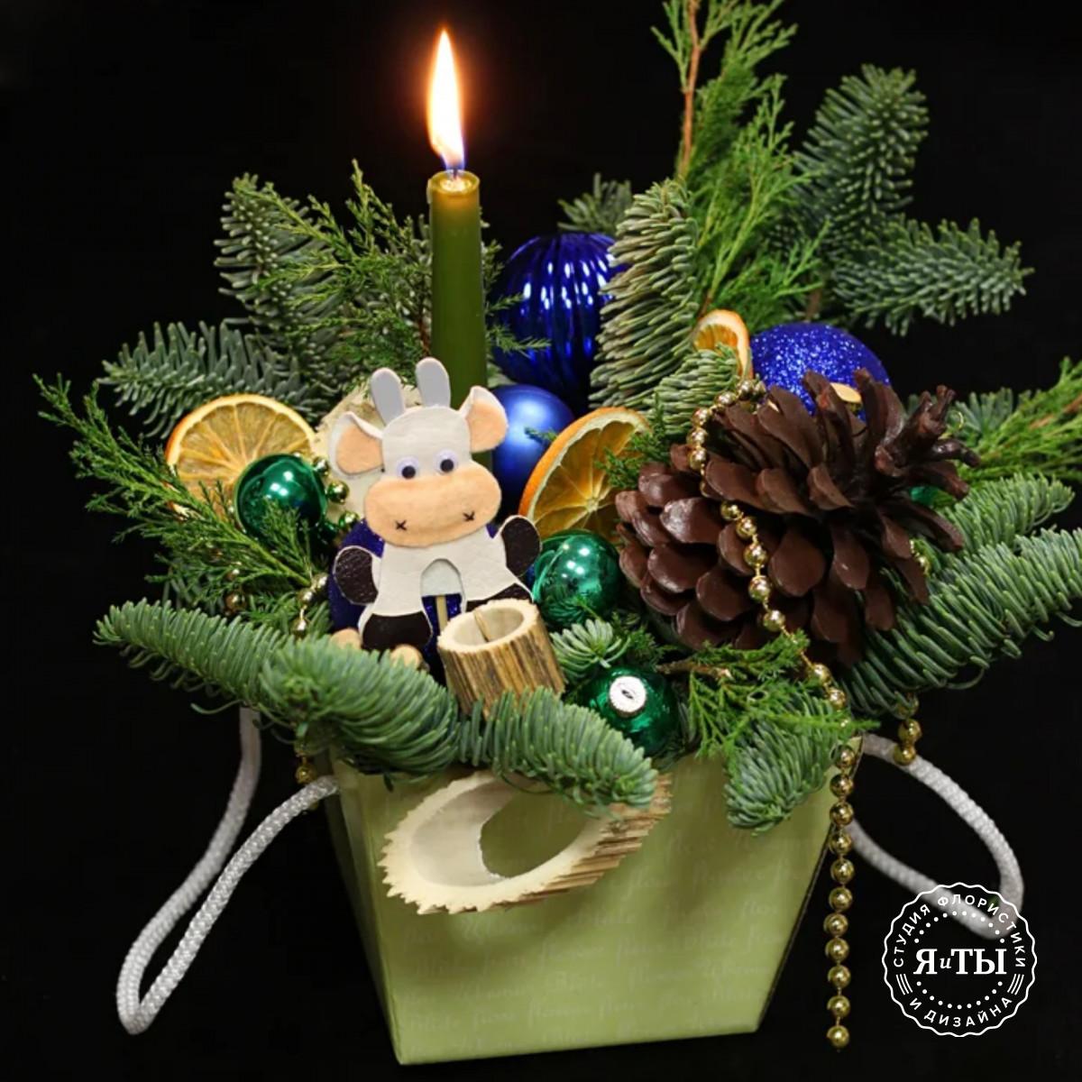 Композиция в коробке с символом года и зеленой свечой