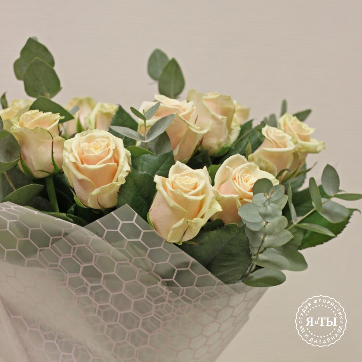 Букет из нежных роз с эвкалиптом