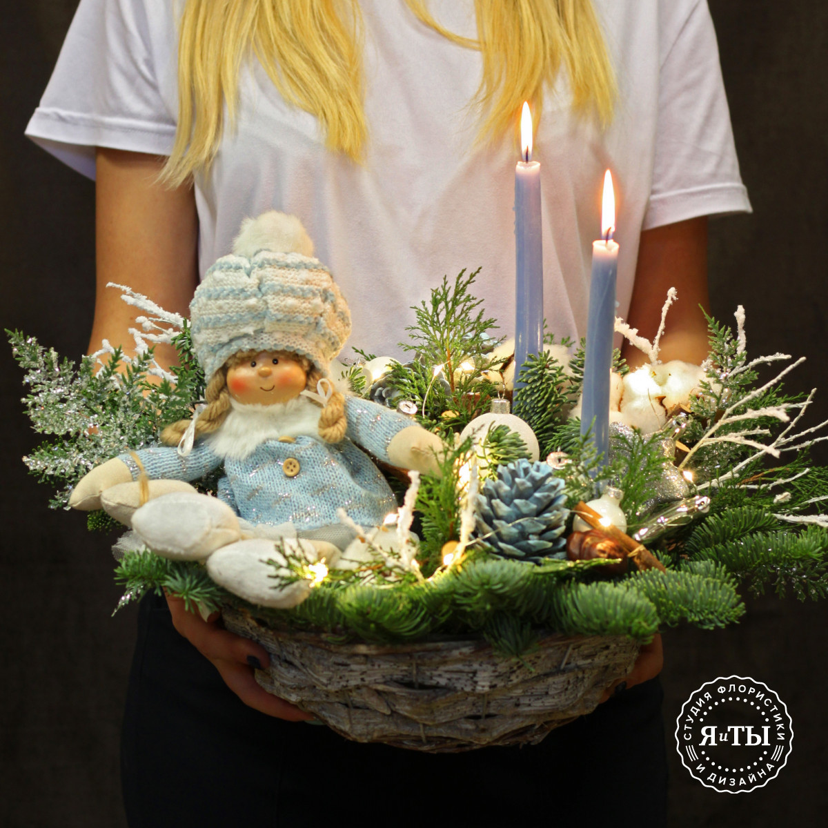 Бело-голубая композиция с мягкой куклой и свечами