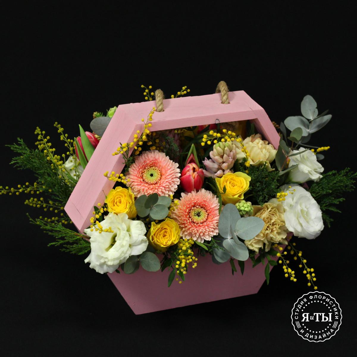 Яркий ящичек с цветами