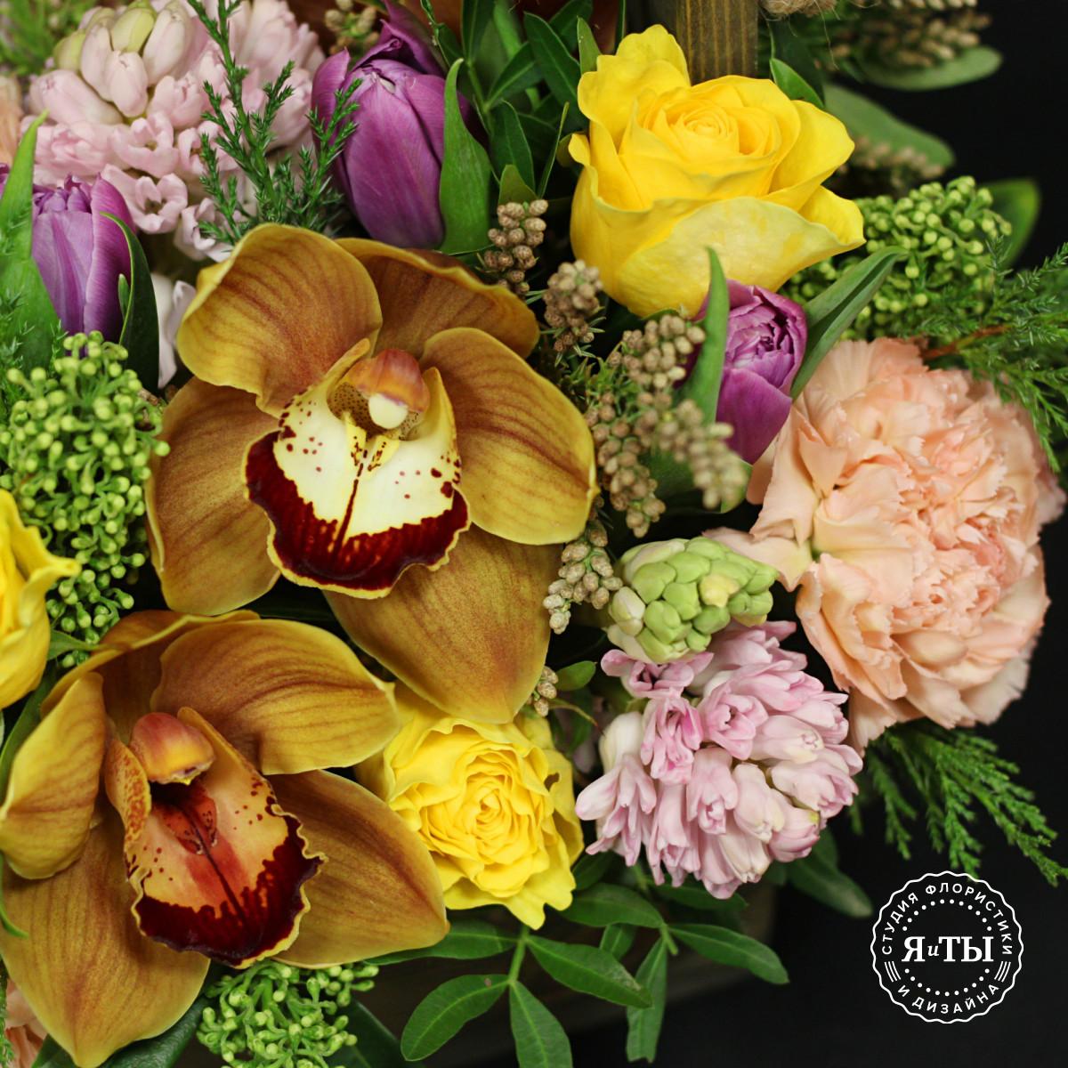 Композиция с ароматными весенними цветами