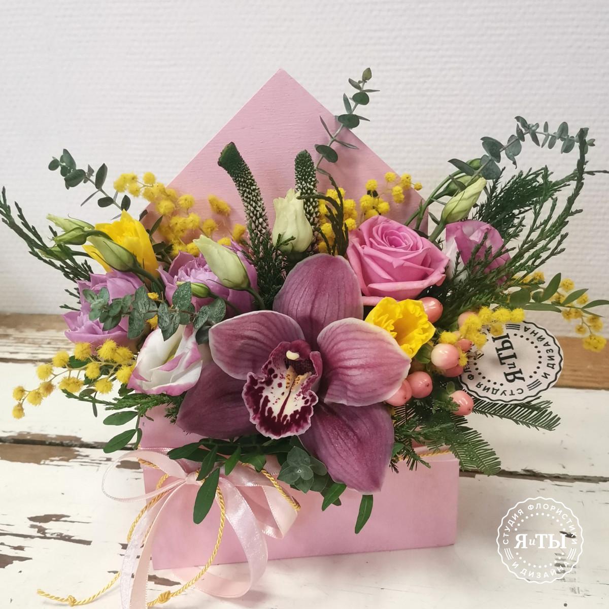 Цветочное послание с мимозой и тюльпанами