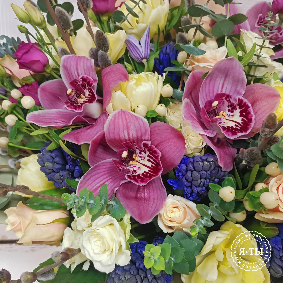 Эффектный букет с орхидеями и клематисами