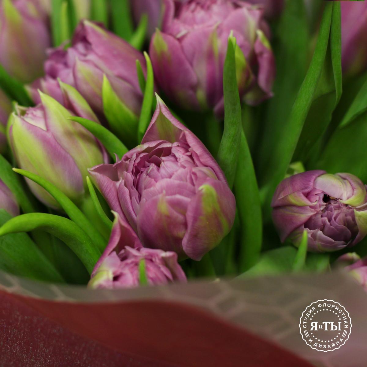 Букет из сиреневых махровых тюльпанов