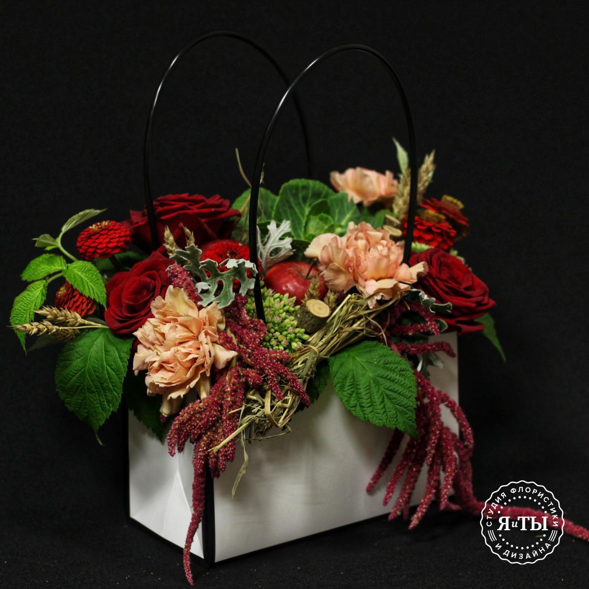 Яркая композиция с яблоками в сумочке