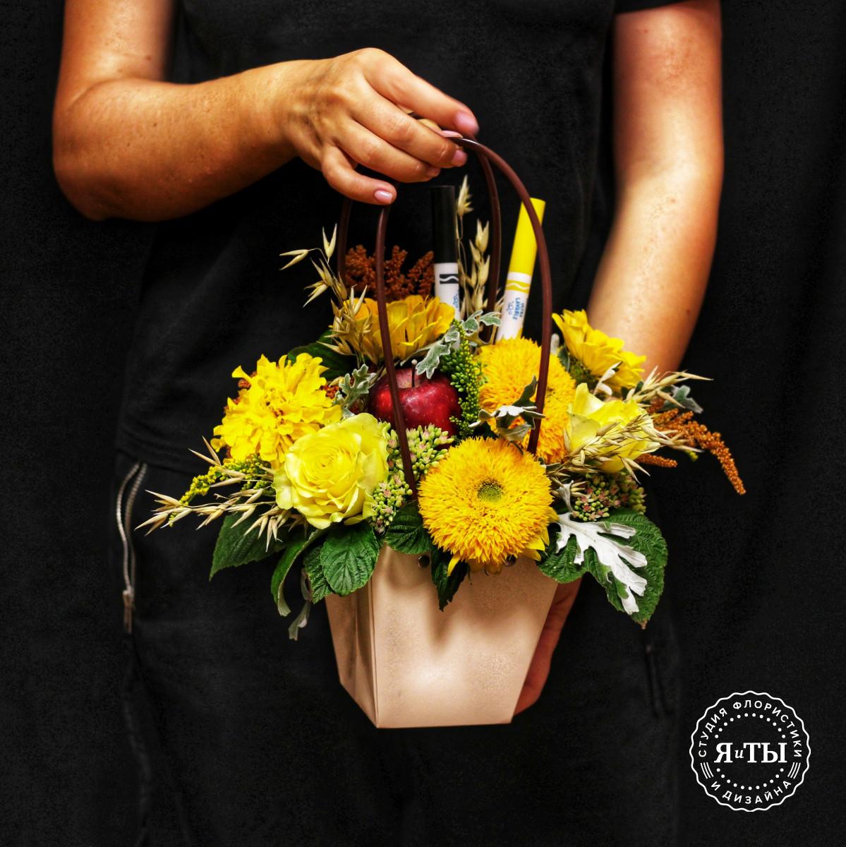 Яркая композиция в сумочке с подсолнухами