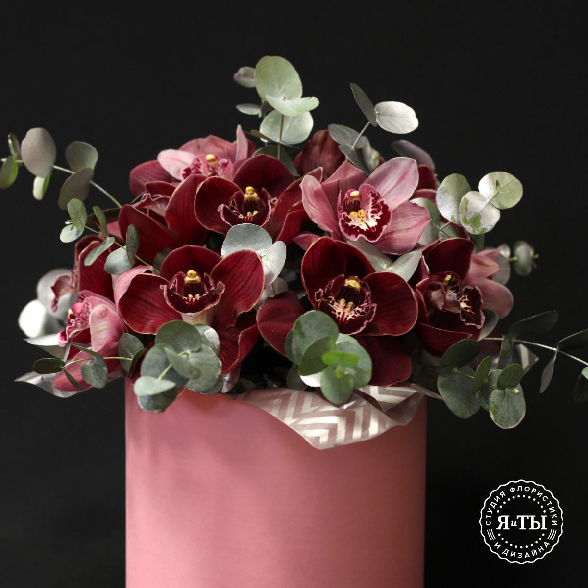 Композиция в шляпной коробке из разных орхидей