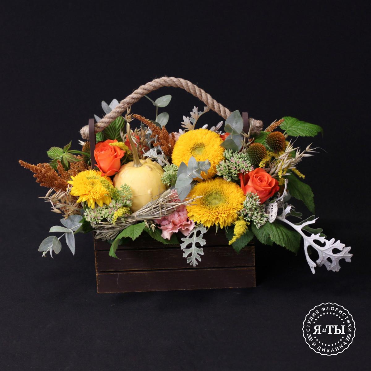 Яркий осенний ящик с тыквой и подсолнухами